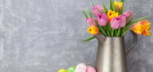 tapeta-kolorowe-pisanki-ze-wstazkami-obok-tulipanow-w-dzbanku